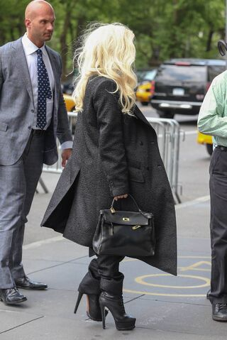File:5-23-14 Arriving at her apartment in NYC 005.jpg