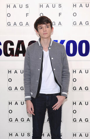 File:11-10-13 Madeon at artRave white carpet 002.jpg