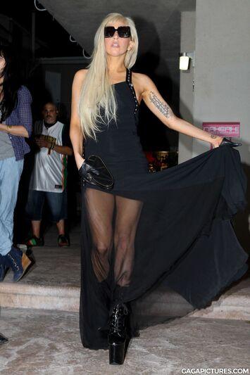 File:8-12-11 Leaving La Maison de Fashion in LA 001.jpg