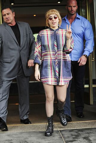 File:5-15-14 Leaving her apartment in NYC 002.jpg