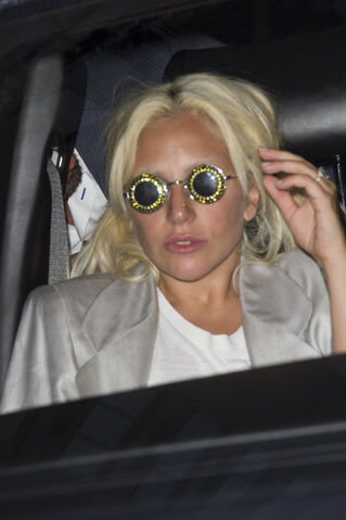 File:6-20-15 Leaving her apartment in NYC 003.jpg