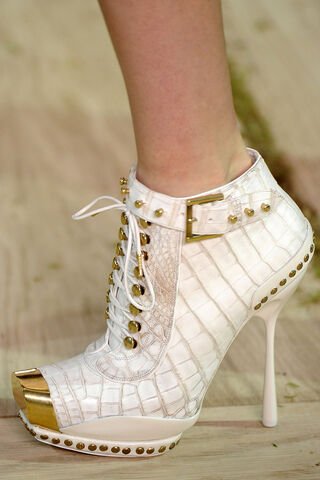 File:Alexander McQueen - SS11C - Studded leather brass toe ankle boots.jpg