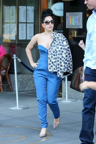 File:6-21-14 Leaving her apartment in NYC 001.jpg