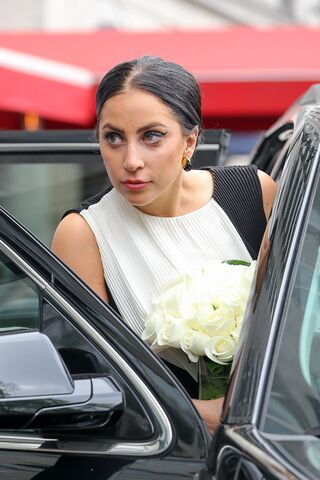 File:5-10-15 Leaving her apartment in NYC 002.jpg