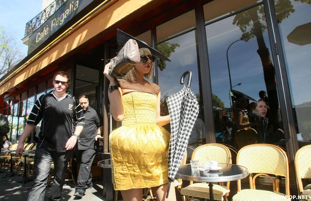 File:4-23-09 Leaving Café Regalia 002.jpg