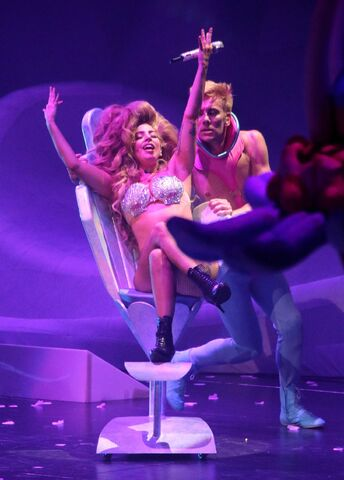 File:5-4-14 MANiCURE - artRAVE The ARTPOP Ball Tour 001.jpg