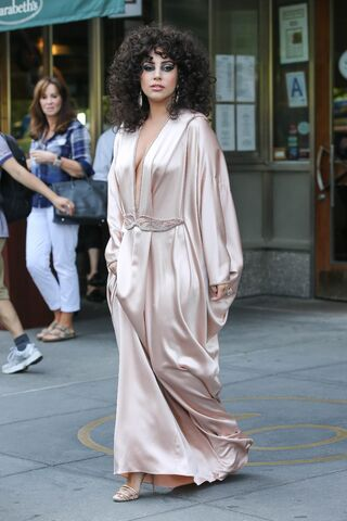 File:6-16-14 Leaving her apartment in NYC 001.jpg