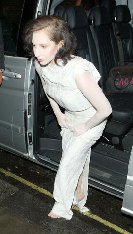 File:11-1-13 Arriving at Kiss FM Studio in London 001.jpg