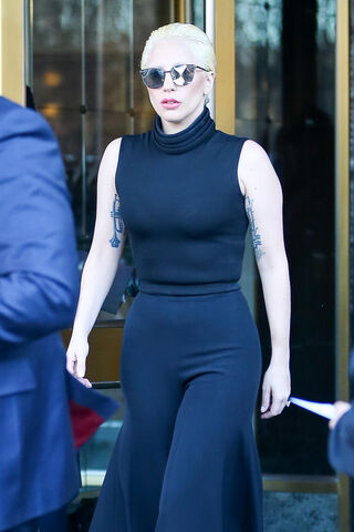 File:2-18-16 Leaving her apartment in NYC 001.jpg
