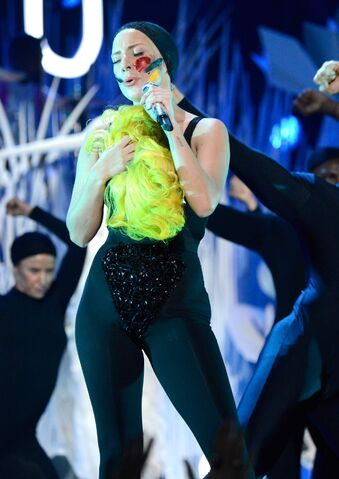 File:8-25-13 VMA Performance 011.jpg