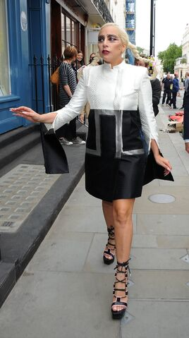 File:6-10-15 Arriving at Philip Treacy Shop in London 001.jpg