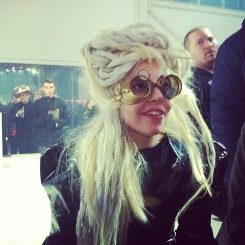 File:11-11-13 ArtRAVE - Meeting with fans 002.jpg