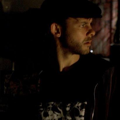 Archivo:1x15 CharlieShirt.jpg
