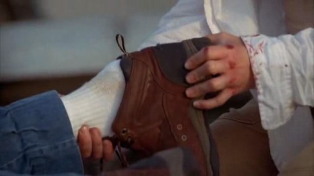 File:1x01 LoopKateRemovesShoe.png