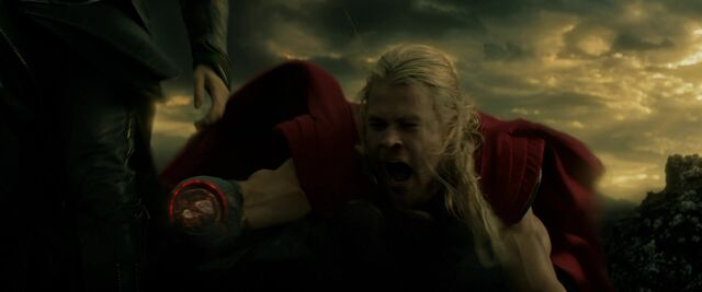File:Thor-loses-hand-dark-world.jpg