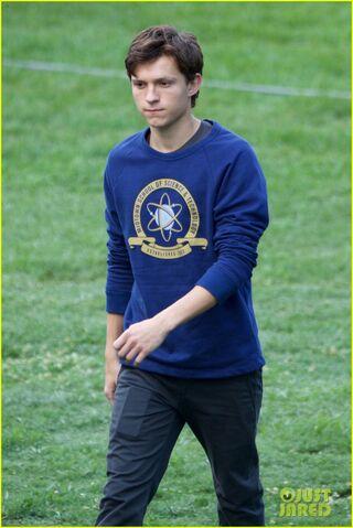 File:Tom-holland-wears-school-sweatshirt-on-spider-man-homecoming-set-14.jpg