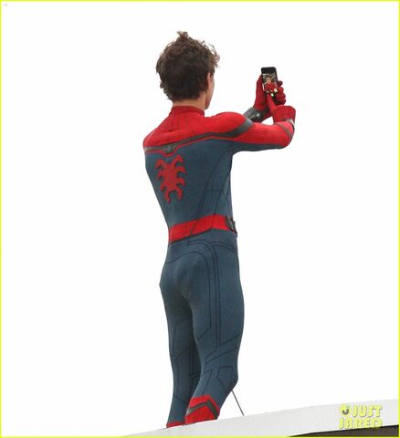 File:Tom-holland-snaps-a-selfie-while-filming-spide-man-homecoming-07.jpg