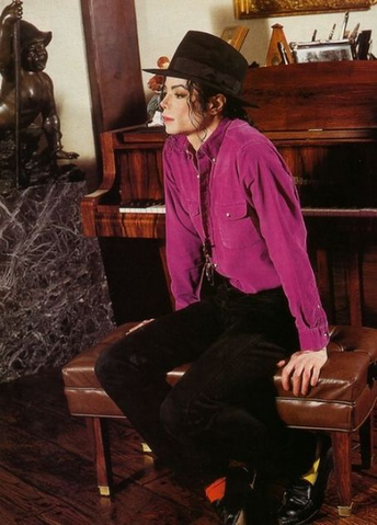 File:Michael Joe Jackson in His Neverland House.png