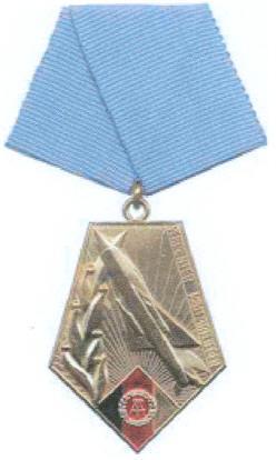 File:GDR Dist-Mil-Pilot med.jpg