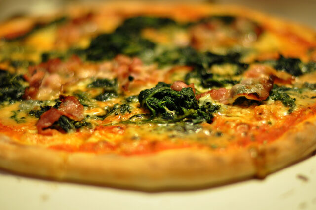 File:Pizza med gorgonzola, spinat og bacon, March 2010.jpg