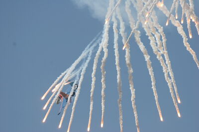 Su-27 Flanker shoots off false heat targets