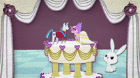 Dolls of Shining Armor and Cadance on a cake BFHHS1