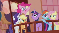 Twilight surrounded by her friends S5E9