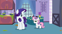 Rarity staring at Sweetie Belle worriedly S2E5