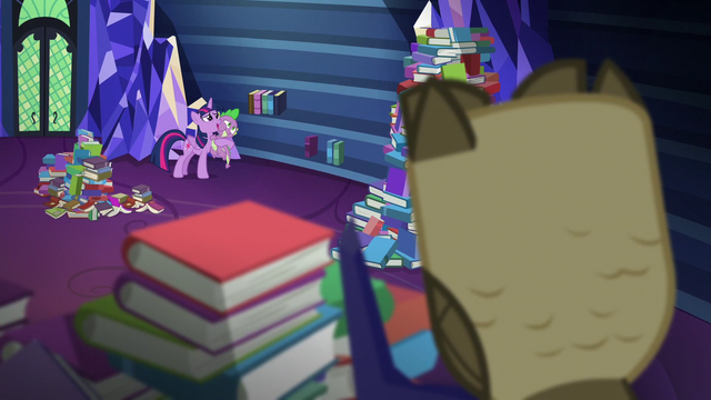 File:Twilight and Spike look at the books S5E22.png