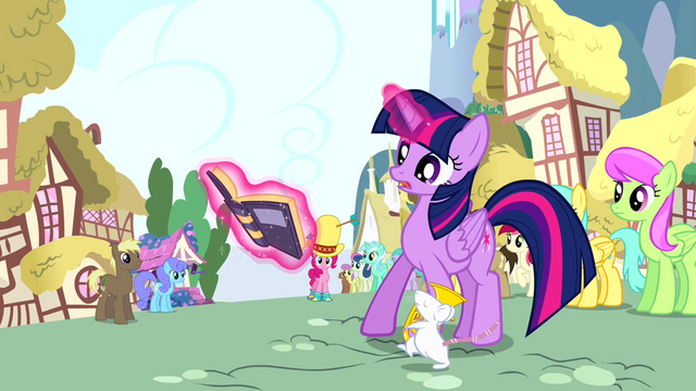 File:Twilight reading book while the mouse is walking S4E12.png