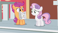 Scootaloo hold newspaper S2E23