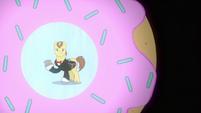 Con Mane with a doughnut S2E24
