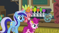 Minuette and filly buying a drink S6E13