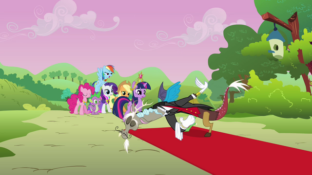 File:Discord welcomes Twilight and her friends S03E10.png