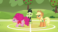 Pinkie Pie ready to buck the softball S6E18