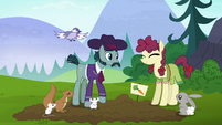 Hooffield and McColt ponies happily cooperating S5E23