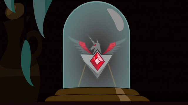File:Alicorn Amulet in display case S3E5.png