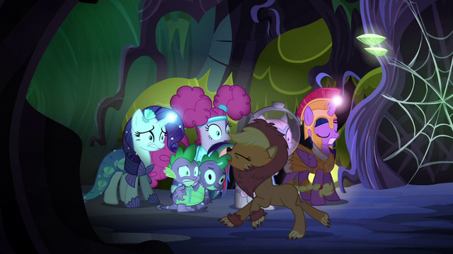 File:Applejack running away in fright S5E21.png