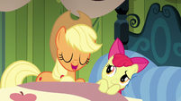 Applejack comforts Apple Bloom through a lullaby S5E04
