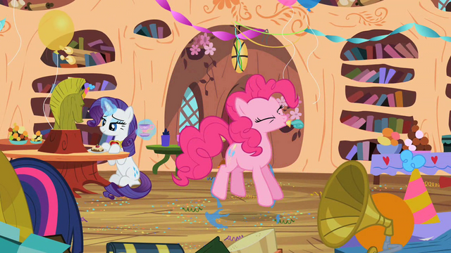 File:Pinkie Pie pops a party balloon S02E10.png