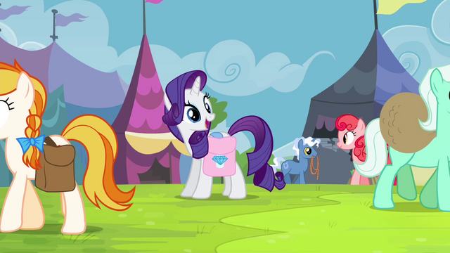 File:Rarity finds Applejack in the crowd S4E22.png