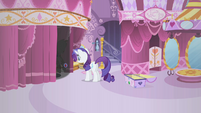 Rarity levitating a gem S1E19