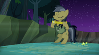 Daring Do placing ring around her neck S4E04