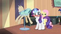 Rarity putting a piece of fabric around a mannequin S4E08
