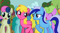 Ponies singing along 1 S2E15
