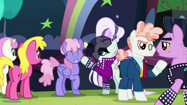 File:Countess Coloratura gives hoofsie to Rainbowshine S5E24.png