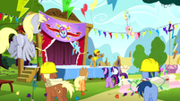 Cheese talking to the ponies S4E12