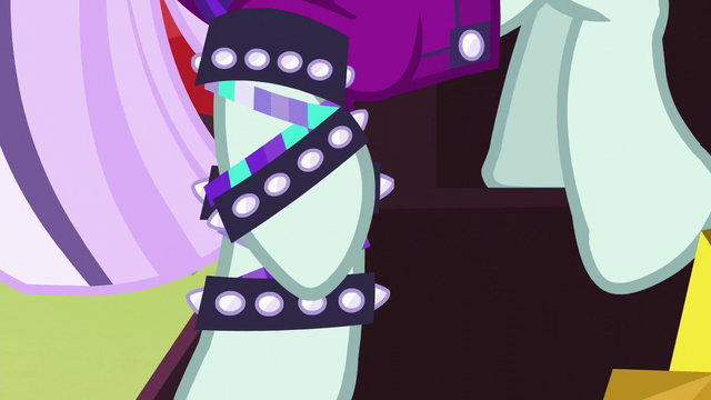 File:Coloratura walks down the stairs S5E24.png