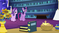 Twilight turns apple into nest of bird eggs S6E21