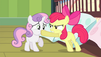 Apple Bloom silences Sweetie Belle S4E17
